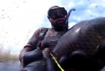 Охотник держит рыбу
