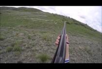 Охотник целится из гладкоствольного ружья в сурка