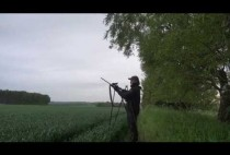 Охотник на косуль на поле