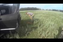 Охотник рядом с автомобилем