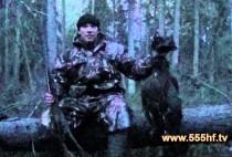 Охотник держит глухаря в руках