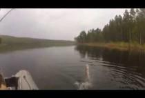 Рыбак удит рыбу в водохранилище