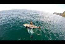 Подводный охотник держи в руках рыбу