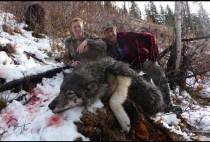 Охотник рядом с убитым волком
