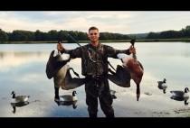 Охотник с двумя гусями