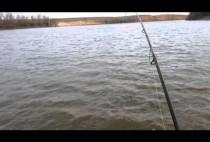 Рыбак ловит судака на спиннинг