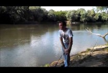 Рыбак на берегу реки