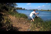 Рыбак забрасывает донные снасти