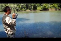 Рыбак ловит карпов