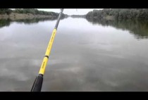 Рыбак забрасывает воблер