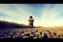 Охотник идет по засохшему руслу