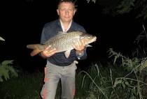 Рыбак поймал сазана