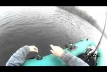 Рыбак в лодке на видео