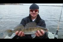 Рыбак позирует с судаком