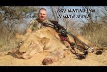 Охотник на львов позирует с трофеем
