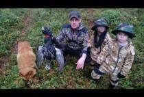 Охотники на глухаря позируют с птицей