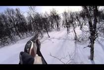 Охотник с ружьем движется по снегу