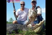 Охотники позируют с крокодилом