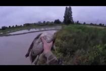 Охотник держит утку в руках
