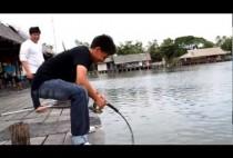Рыбак со спиннингом на берегу