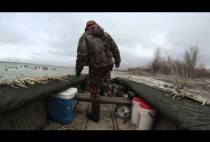 Охотник в лодке