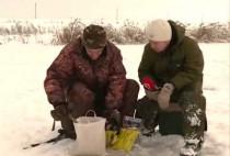 Рыбаки над лункой