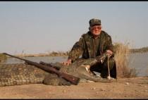 Охотник на крокодилов позирует с трофеем
