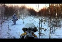 Охотник идет по глубоком снегу