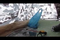 Обустроенное рыбаком место на льду
