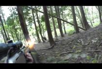 Охотник стреляет в оленя