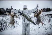 Охотник с добытыми им волками