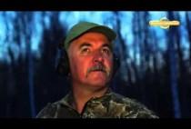 Охотник на глухарей в лесу