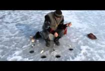 Рыбак перед лункой