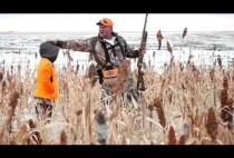 Охотник с сыном на поле