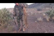 Охотник позирует с добытой рысью