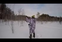 Охотник целится с мелкашкой