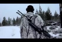 Охотник идет по лесу
