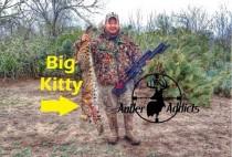 Американский охотник с добытой рысью