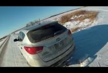 Автомобиль на заснеженном поле