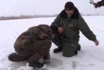 Рыбаки на замерзшем озере