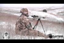 Охотник с карабином караулит волка