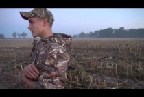 Охотник на на гусей на поле