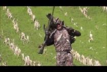 Охотник несет трофеи охоты