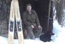 Охотник радом с лыжами
