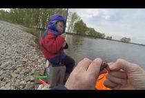 Рыбак насаживает червя