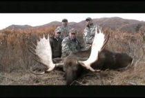 Охотники с добытым лосем