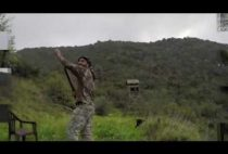 Охотник стреляет по тарелочкам