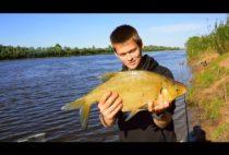 Рыбак с пойманный лещом