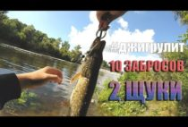 Рыбак позирует с пойманной щукой
