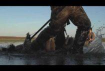 Охотник несет утиные чучела